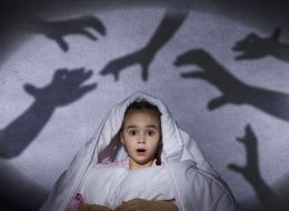 طفلك يخاف من الظلام؟.. كيف يمكن مساعدته في التغلب عليه