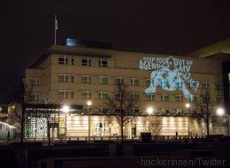 Aktivistinnen projizieren Bild einer nackten Frau an AfD-Zentrale und US-Botschaft in Berlin