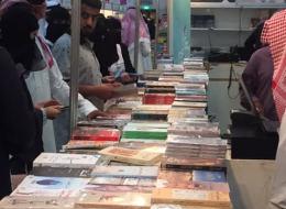 معرض الرياض للكتاب: عازل لحل إشكالية الاختلاط.. وأصغر مؤلف سعودي ينهي مشكلة الإيحاءات الجنسية