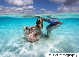 Ce couple s'est marié sur un banc de sable en pleine mer des Caraïbes