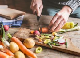خبراء تغذية يحذرون: تقشير الخضراوات يزيل عنها العناصر المفيدة