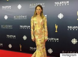 Karine Vanasse en doré sur le tapis rouge des Prix Écrans Canadiens