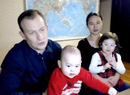 كواليس فيديو الطفلين اللذين أفسدا مقابلة والدهما مع