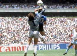 بعد 30 عاماً مارادونا يحاول مرة أخرى تسجيل هدف كأس العالم بيده.. فهل نجح؟