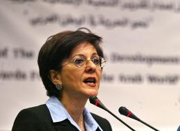 عباس يمنح ريما خلف أعلى وسام فلسطيني.. إليك ما فعلته المسؤولة الأردنية لتنال التكريم