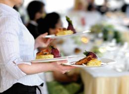 هل يتسبب النادل في بدانتك؟ ما علاقة شكل عمّال المطاعم باختيار وجبتك