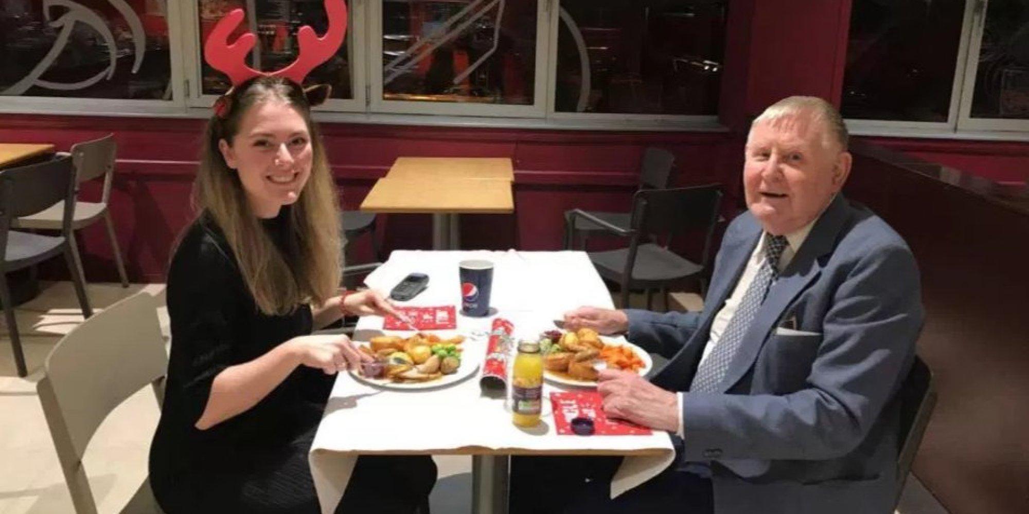 Eine 22-Jährige verbringt Abend mit älterem einsamen Herrn