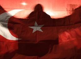 طلاب حاولوا اختبار وطنية المارة.. هذا ما حدث عن سماع الأتراك النشيد الوطني