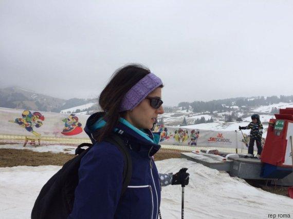 Virginia Raggi a riposo dopo la prescrizione del medico |  in tuta da sci in vacanza sulle