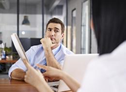 لا جدوى من المدير الأحمق.. 5 صفات لرئيسك الضعيف في العمل