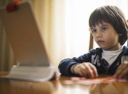 تطبيق جديد يمكّن الآباء من مراقبة ما يتابعه أطفالهم على الأجهزة الإلكترونية