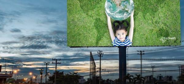 Quadri e cartelli pubblicitari come polmoni. Il tessuto (sviluppato in Italia) che