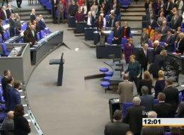Als sich Merkel im Bundestag setzen will, fängt das ganze Parlament an zu lachen