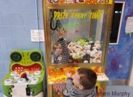 Dieses Kind will nur ein Kuscheltier aus dem Automaten, doch es endet in einer Katastrophe