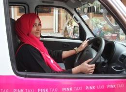 سائقات وتاكسيات وردية اللون.. هل تؤيد هذا المشروع الذي بدأ لحماية السيدات؟ إليك تعليق صاحب الفكرة