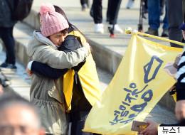 시민들은 팽목항에서 세월호 미수습자 가족들을 끌어안고 울었다