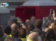 Il Papa usa un bagno chimico durante la visita alle case popolari di Milano (VIDEO)