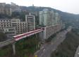 In China fährt ein Zug durch ein Wohnhaus - das ist gar nicht so doof, wie es aussieht