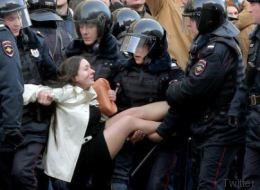 Η ιστορία πίσω από τη φωτογραφία της γυναίκας που έγινε το σύμβολο κατά της διαφθοράς στη Ρωσία