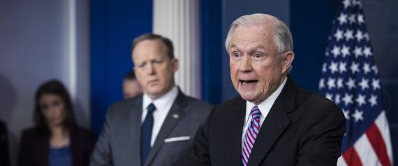 أعضاء فريق ترامب يدمرون بياناتهم الإلكترونية خوفاً من استدعائهم للتحقيق.. وهذا ما سيحصل إذا ثبت تورط الرئيس مع الروس؟