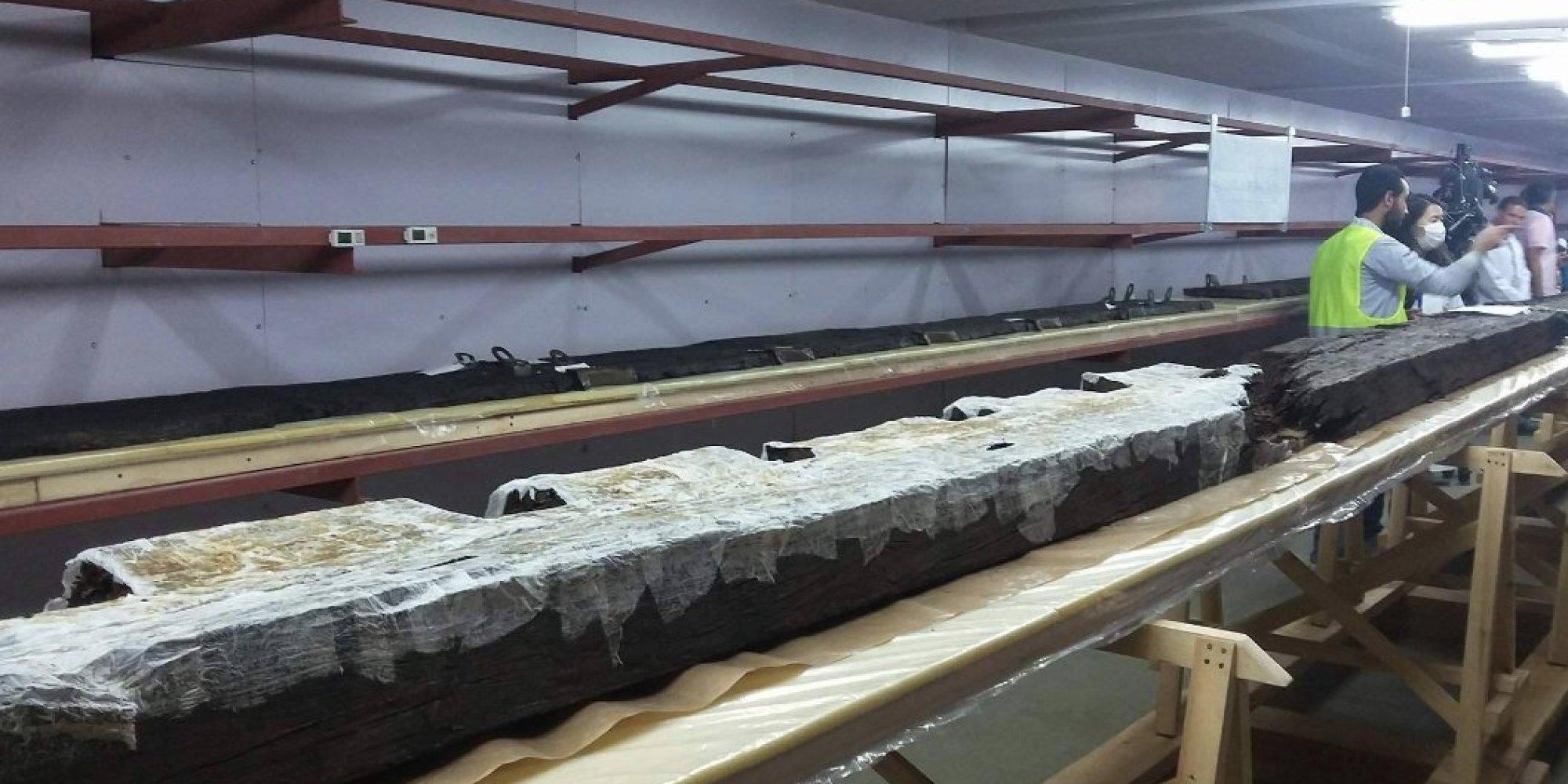 مصر تحتفل باستخراج أكبر قطعة خشبية من مركب خوفو بالقرب من الهرم الأكبر
