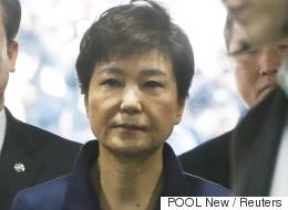 박근혜의 표정은 굳어있었다