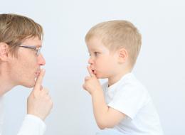 لا تتأخر في التحدث إلى الرضيع.. هذا هو الوقت المناسب لبدء التواصل معه