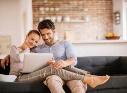 يحبون الغزل والنكات وسماع الأسرار.. أمور يعتقد الرجال أنها رومانسية للغاية