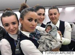 비행 도중 임산부의 아기를 받아낸 승무원들
