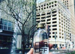 Όχι, το διάφανο ρόφημα που βλέπετε μέσα σε αυτό το μπουκάλι δεν είναι νερό