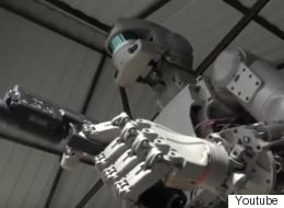 Οι Ρώσοι έφτιαξαν τον «Εξολοθρευτή». Ανθρωποειδές ρομπότ πυροβολεί με τα δύο χέρια και ετοιμάζεται για το διάστημα