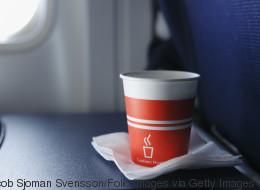 Οι 3 λόγοι που κάνουν τον καφέ στα αεροπλάνα τόσο άνοστο