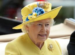 ترتدي معطفها منذ 25 عاماً وتصلح حذاءها منعاً للتبذير!.. ماركات لا تتخلى عنها الملكة إليزابيث في حياتها اليومية
