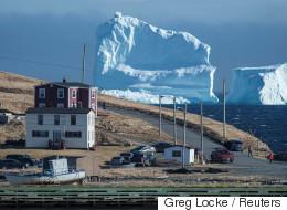 거대한 빙하가 한 캐나다 마을에 쉬려고 들렀다