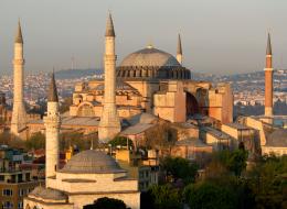لماذا بنى السلطان محمد الفاتح مئذنةً حمراء في آيا صوفيا؟