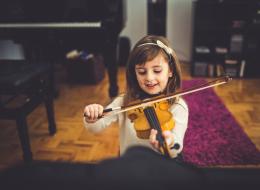 فيديو: مبتعث سعودي يساعد فتاةً دون ذراع على تحقيق حلمها بعزف الكمان