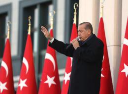 أردوغان رئيساً لحزب العدالة والتنمية بعد إعلان نتائج الاستفتاء
