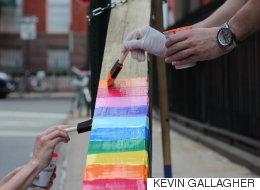 뉴욕 게이 스트리트에 누군가 십자가를 달았다