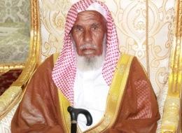 مُسنٌّ سعودي يهدي 60 رأساً من الإبل  للأمير خالد الفيصل.. ما حكاية العائلتين؟
