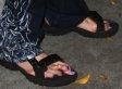 Kaum zu glauben, dass diese Füße einem männlichen Rockstar gehören