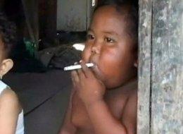 هل تذكرون هذا الطفل الذي كان يدخن 40 سيجارة في اليوم الواحد وعمره سنتان؟.. بالفيديو هذا ما حصل له بعد 7 سنوات
