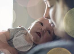 هكذا يمكن للأم أن ترى الأم نفسها في عينَي طفلها الصغير