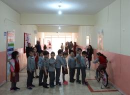 درَّاجات ثابتة داخل المدرسة.. تقدم 4 فوائد بينها إنارة الفصول ومساعدة الطلاب في التركيز، صور