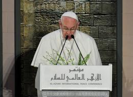 انفتحوا على الجميع واحترموا الآخر.. بابا الفاتيكان يدعو من القاهرة للحوار بين الأديان والثقافات ونبذ العنف