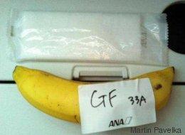 Il demande un repas sans gluten dans l'avion, on lui sert une banane