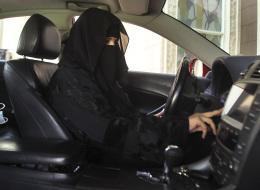 قرارات تمكين المرأة السعودية.. مفتاح لقيادة السيارة؟ هكذا تم تفسيرها