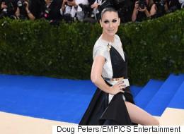 Céline Dion en robe couture mangeant un hot dog après le Met Gala