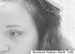 우울증을 겪는 여성이 머리를 감다가 눈물을 흘렸다