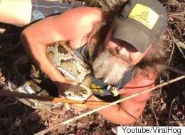 한 남성이 맨손으로 5m 길이 비단뱀을 제압하다