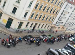 Hunderte Menschen stehen unter Aufsicht der Polizei Schlange - der Grund sind ihre Kinder